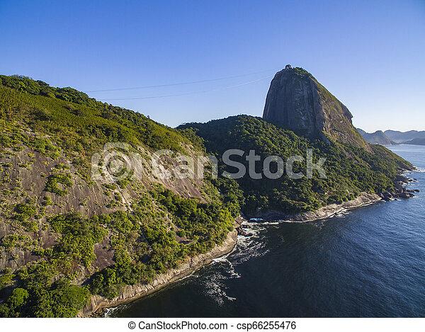 Una montaña famosa. La montaña Sugarloaf en Río de Janeiro. Paisaje de Brasil. - csp66255476