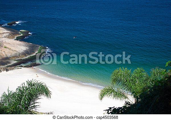Playa del desierto cristalina en Niteroi, rio de janeiro, Brasil - csp4503568