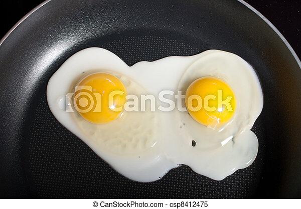 Eier in einer Bratpfanne kochen - csp8412475