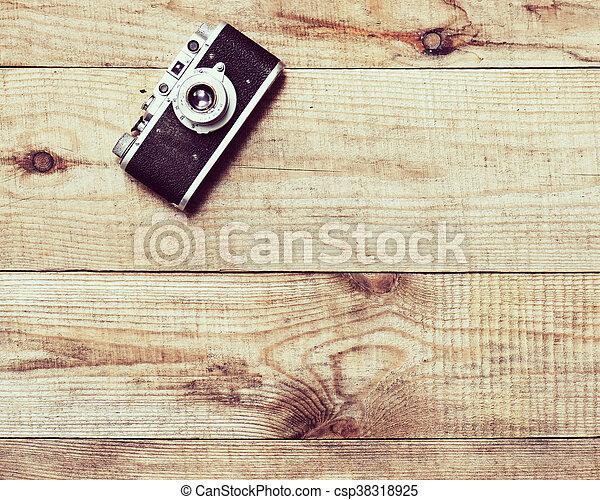 Alte Filmkamera auf braunem Holzboden. - csp38318925