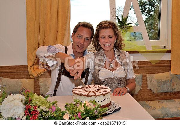 Brautpaar schneidet Torte an - csp21571015