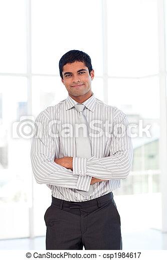 Hombre de negocios con brazos cruzados - csp1984617