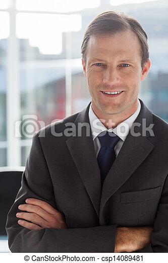 Hombre de negocios con brazos cruzados - csp14089481