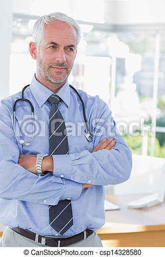 Doctor con brazos cruzados - csp14328580