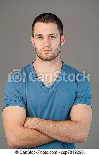 Hombre con brazos cruzados - csp7819298