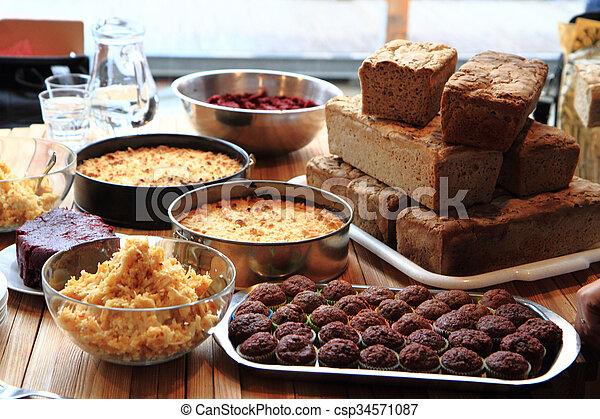 Pan de comida casera, pastel de manzana y postre de chocolate - csp34571087