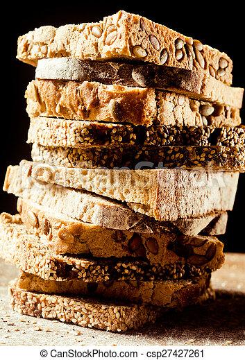Un montón de tipos variados de pan en rebanadas - csp27427261