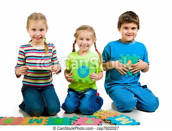 Kinder spielen Briefe - csp7922027