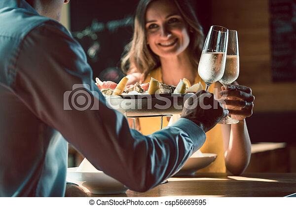 brindar, amor, par romântico, jantar, durante, champanhe, feliz - csp56669595