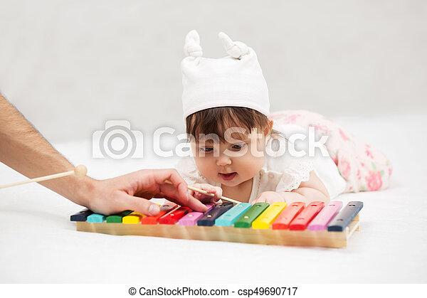 brinquedo, cobertor, xilofone, bebê, lar, menina, tocando - csp49690717