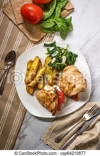 Patatas con brócoli de pollo Caprese - csp64210877