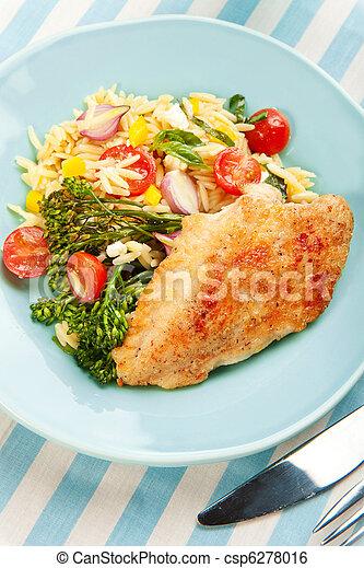 Pollo con ensalada de pasta y broccolini - csp6278016
