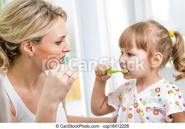 brossage, salle bains, fille, mère, dents, gosse - csp18412228