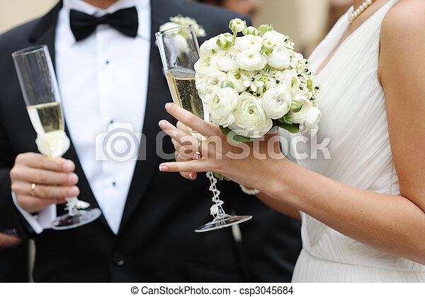 brud, brudgum, champagne, räcka glasögon - csp3045684