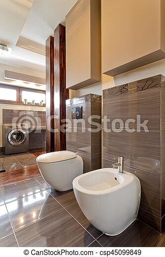 Bruine , badkamer, ruim, toilet. Bruine , badkamer, was, urinal ...