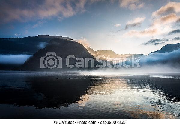 brumoso, encima, salida del sol, montañas - csp39007365