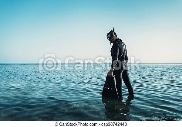 Hombre en traje de buceo - csp38742448