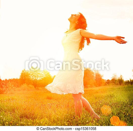 buiten, enjoyment., nature., kosteloos, vrouw meisje, het genieten van, vrolijke  - csp15361058