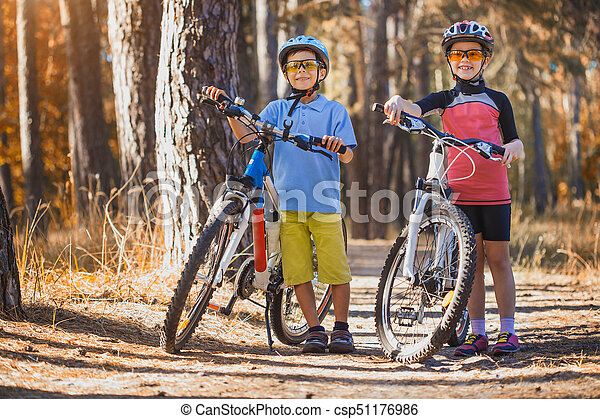 buitenshuis, helm, forest., geitjes, zonnig, cycling, abicycles, kinderen - csp51176986