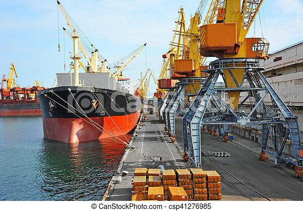 Bulk cargo ship under port crane - csp41276985
