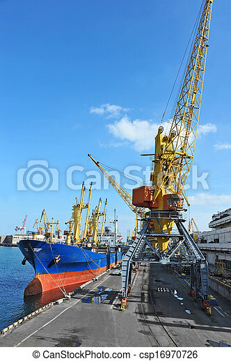 Bulk cargo ship under port crane - csp16970726