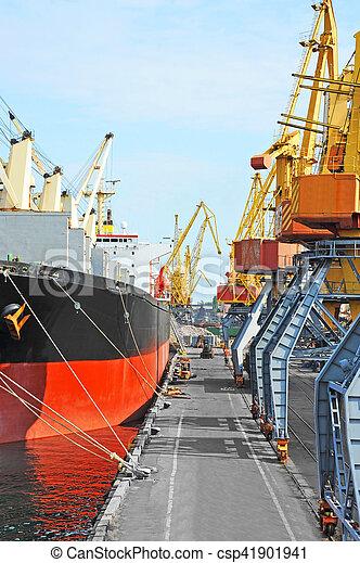 Bulk cargo ship under port crane - csp41901941