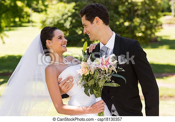 buquet, par, parque, romanticos, recém casado - csp18130357