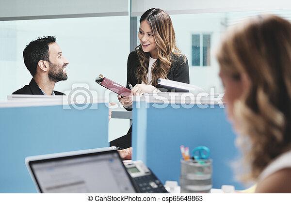 bureau affaires, gens, coworking, collègues, réunion, parler - csp65649863
