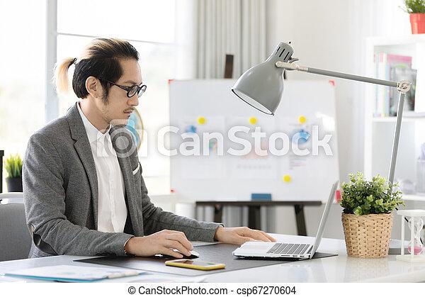 bureau affaires, ordinateur portable, téléphone portable, utilisation, homme - csp67270604