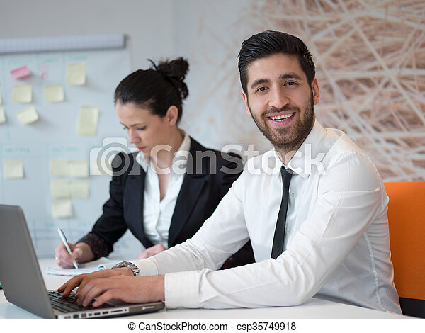 Bureau business moderne jeune arabe portrait homme. moderne