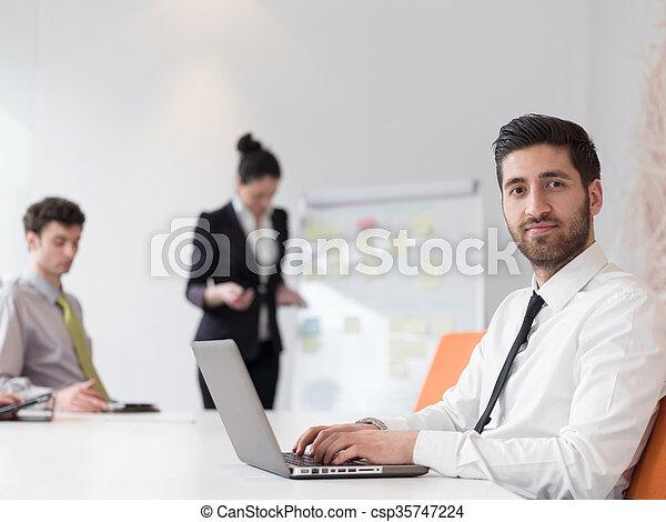Homme affaires regardant par fenêtre dans bureau moderne withlime