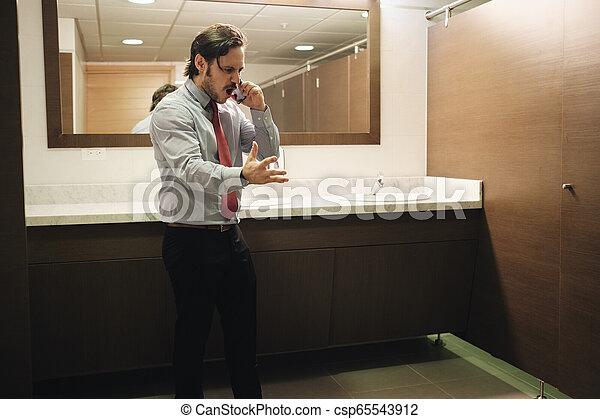 bureau, business, toilettes, téléphone portable, furieux, crier, homme - csp65543912