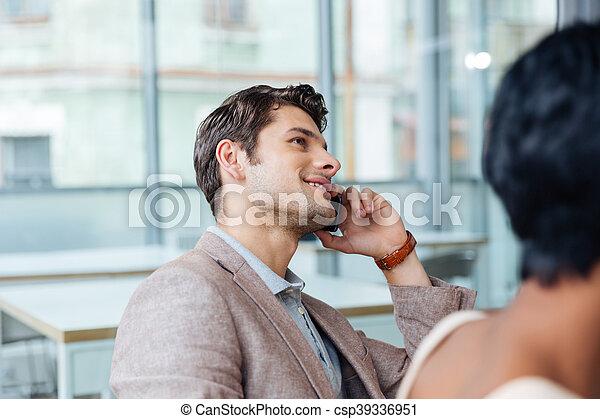 bureau, conversation, téléphone portable, homme, heureux - csp39336951