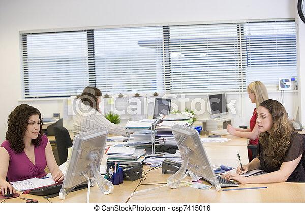 bureau fonctionnant, femmes - csp7415016