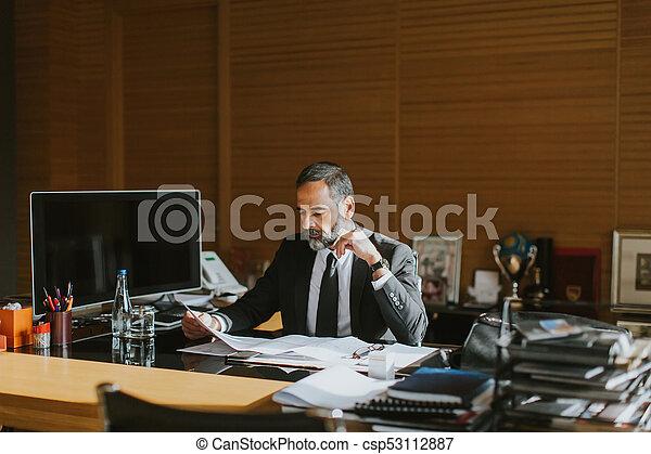 Homme d affaires moderne travaillant sur son ordinateur portable