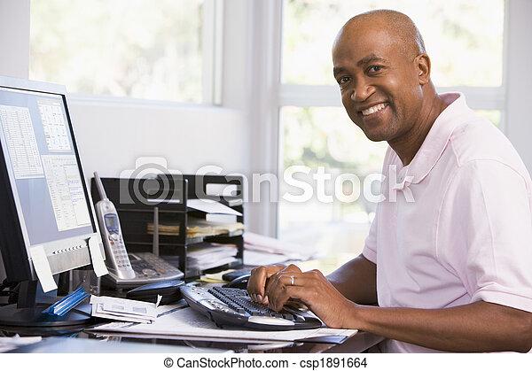 Bureau informatique maison utilisation homme souriant for Bureau homme