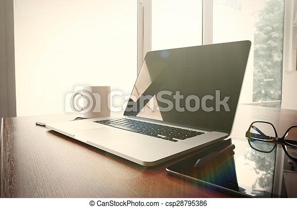 Bureau ordinateur portable téléphone bois lieu travail table