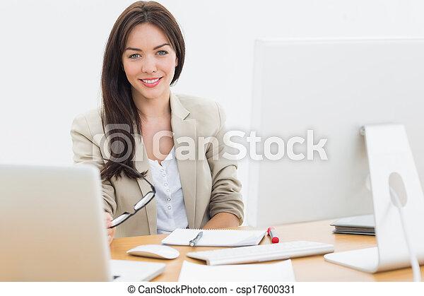 bureau, ordinateurs, bureau, femme, jeune - csp17600331