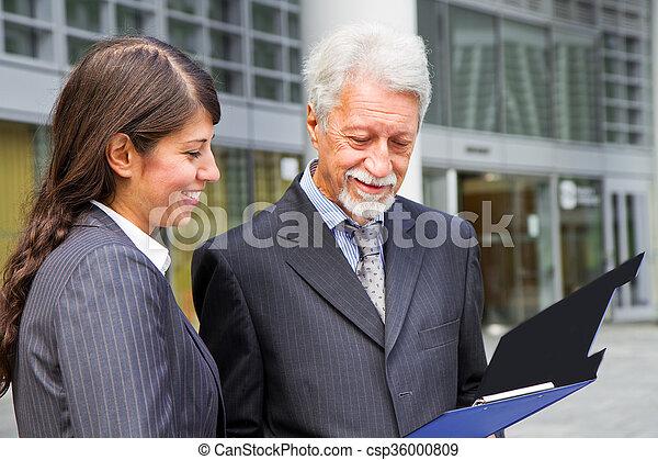 Businessman And Businesswoman discu - csp36000809