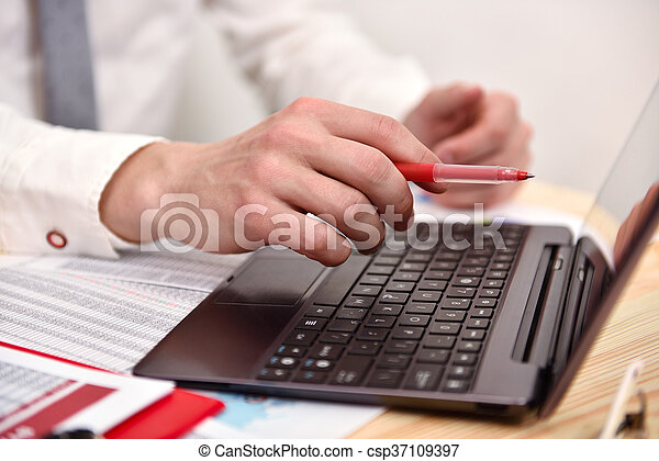 Businessman hand pointing to screen laptop - csp37109397