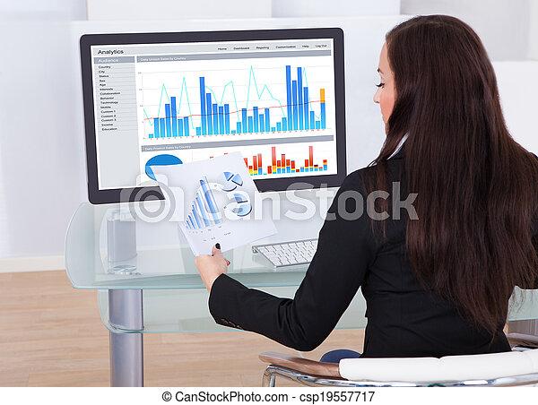 businesswoman, analyzing, diagrammen - csp19557717