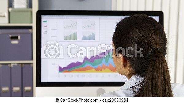 businesswoman, computer, mexicaanse , diagrammen, analyzing - csp23030384