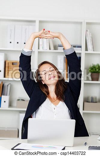 businesswoman, uitrekkende wapens, haar - csp14403722