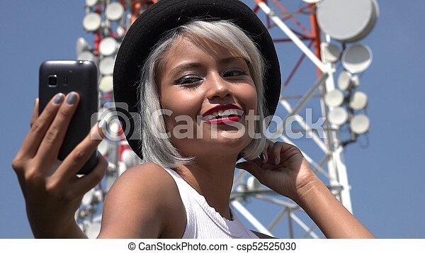 Mujer tomando selfie en la torre de celdas - csp52525030