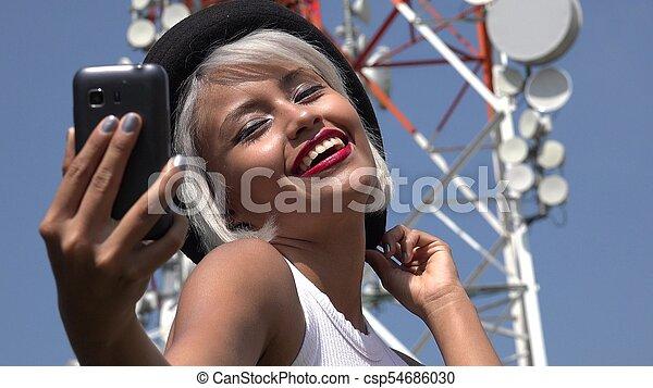 Mujer tomando selfie en la torre de celdas - csp54686030