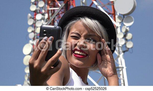 Mujer tomando selfie en la torre de celdas - csp52525026