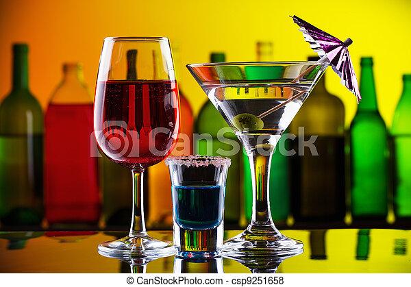 Alcohol y cócteles en el bar - csp9251658