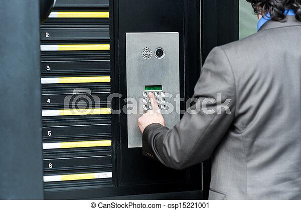 Hombre entrando en código de seguridad para abrir la puerta - csp15221001