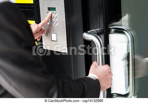 Hombre entrando en código de seguridad para abrir la puerta - csp14132990