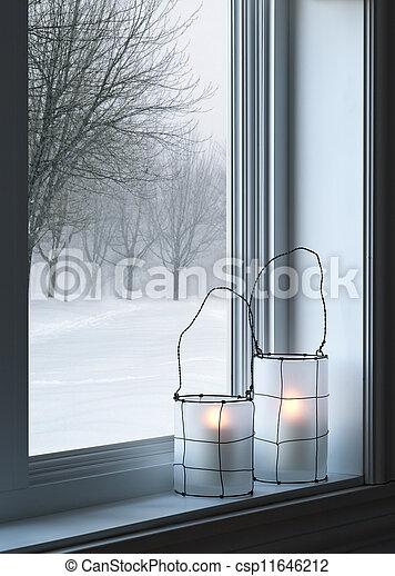 Linternas acogedoras y paisajes de invierno vistos a través de la ventana - csp11646212